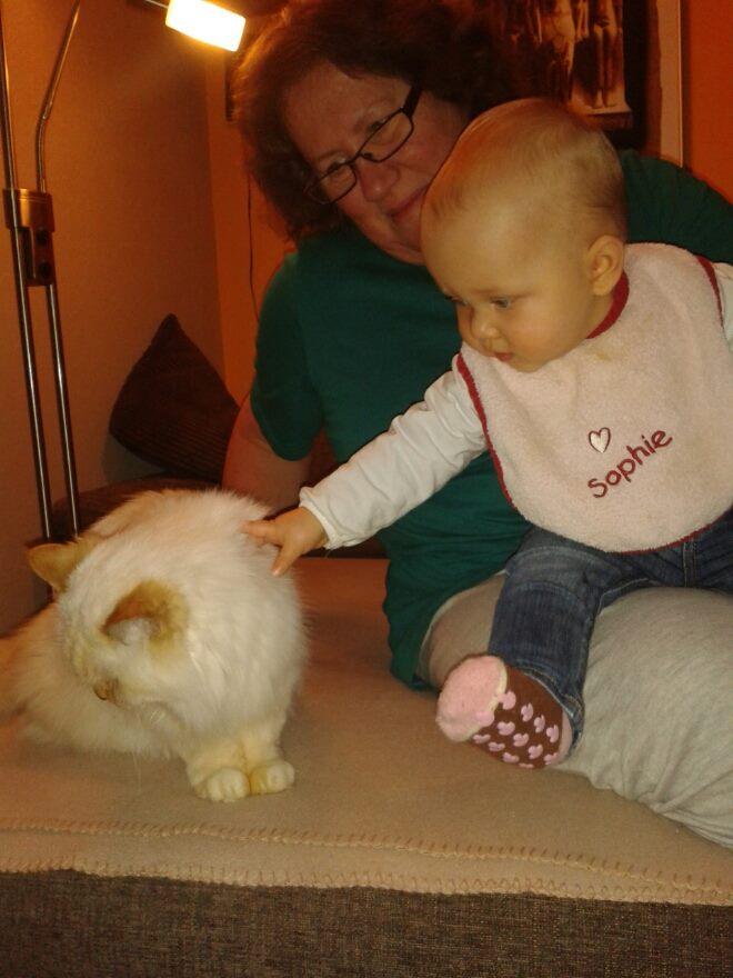 Mutter, Nichte und Katze Dorina