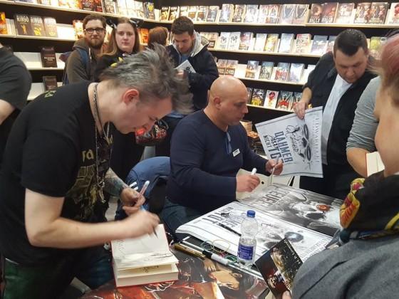Ab 15 Uhr hatten wir zwei Künstler da, die Poster und Bücher signierten. Timo Wuerz links und Arndt Drechsler rechts im Bild.
