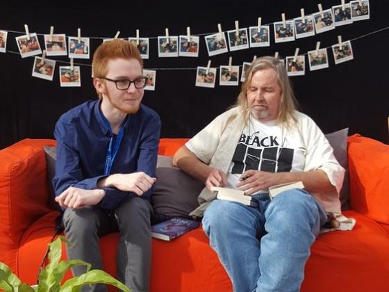 Sonntags um 11 Uhr auf dem roten Sofa bei mephisto 97.6. In der Glashalle. Das Interview wurde live im Radio ausgestrahlt. Danke an Janick Nolting.