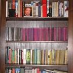 Bücherschrank im Wohnzimmer